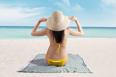 Πίσω πλευρά της προκλητικής γυναίκας στην παραλία Στοκ εικόνα με δικαίωμα ελεύθερης χρήσης
