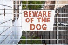 老手画奶油和红色标志:小心有狗 免版税库存图片