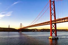 Χρυσοί γέφυρα και Χριστός πυλών το άγαλμα βασιλιάδων στη Λισσαβώνα Στοκ Εικόνα