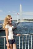 Красивая белокурая девушка на предпосылке фонтана Стоковая Фотография