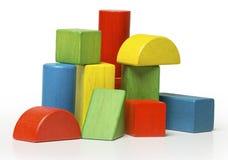 Ξύλινοι φραγμοί παιχνιδιών, πολύχρωμα τούβλα οικοδόμησης πέρα από το μόριο Στοκ Εικόνα