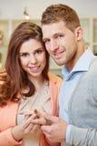 买圆环的夫妇在首饰 免版税库存图片