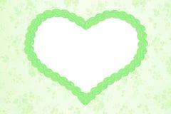 与绿色心脏的浪漫花卉背景 免版税库存照片