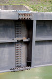 水坝,被闩上的钢粱的细节 免版税库存照片