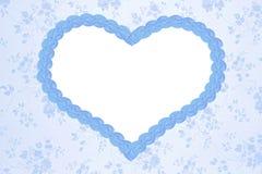 与蓝色心脏的浪漫花卉背景 免版税图库摄影