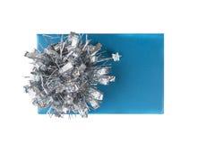 有银色弓的蓝色缎带包装箱子,被隔绝 免版税库存照片