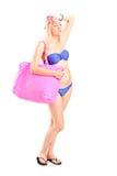 Женщина в бикини чувствуя горячий Стоковые Изображения