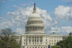华盛顿特区从购物中心的国会大厦视图在多云天空 库存图片