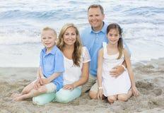 在海滩的美丽的家庭画象 免版税库存图片