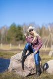 性感的白肤金发的女牛仔画象有外面枪的 免版税图库摄影