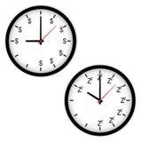 Η έννοια ρολογιών με το χρόνο να εργαστεί και τον ύπνο Στοκ Εικόνες