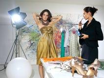 妇女在时尚工作室 免版税库存照片