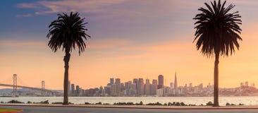 旧金山和从金银岛采取的海湾桥梁 免版税图库摄影