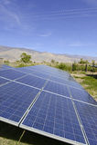 太阳电池板在沙漠环境里 免版税库存照片