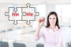 画在虚屏上的女实业家一个双赢的难题概念 办公室背景 免版税图库摄影