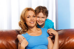 母亲和儿子画象在家 图库摄影