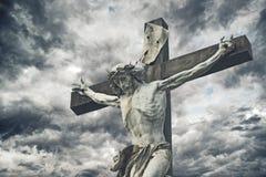 在十字架上钉死 与耶稣基督雕象的基督徒十字架在风暴 图库摄影