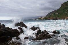 σπάζοντας κύματα βράχων Στοκ Εικόνα