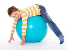 有一个大球的小男孩 免版税库存照片