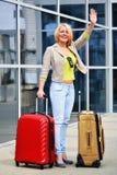Νέα γυναίκα με τις αποσκευές στον αερολιμένα Διακινούμενος τουρίστας Στοκ φωτογραφία με δικαίωμα ελεύθερης χρήσης