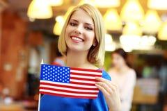 拿着一面美国国旗的年轻白种人女孩