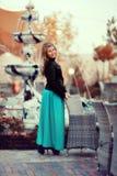 Белокурые девушка и фонтан Стоковая Фотография RF