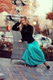 Белокурые девушка и фонтан Стоковые Фотографии RF