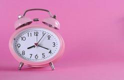 Довольно розовый винтажный ретро будильник стиля Стоковое фото RF