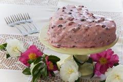 Κέικ καρδιών με τα λουλούδια Στοκ εικόνες με δικαίωμα ελεύθερης χρήσης