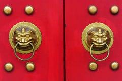 Κινεζική πόρτα με μια πόρτα χεριών λιονταριών Στοκ εικόνα με δικαίωμα ελεύθερης χρήσης