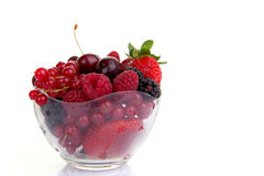 碗红色夏天果子或莓果 免版税库存图片