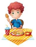 一饥饿男孩吃 免版税库存图片