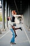Любящие пары около Эйфелева башни в Париже Стоковые Изображения