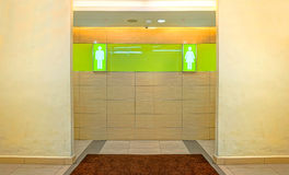 男性和女性性别的洗手间门 免版税库存照片