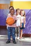 使用与篮球的孩子 库存照片