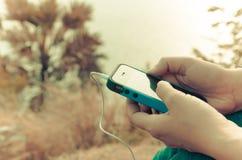 Κινητό τηλέφωνο στο χέρι μιας γυναίκας Στοκ Φωτογραφία