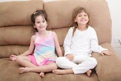 两个女孩画象沙发的 免版税库存照片