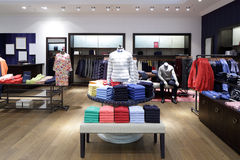 布料商店全新的内部 免版税库存照片