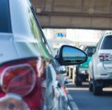 在汽车旁边镜子的海视图用交通堵塞 免版税图库摄影