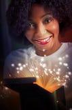 молодая и красивая женщина раскрывая волшебную подарочную коробку Стоковые Изображения