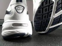 品牌特写镜头新的跑鞋 库存图片