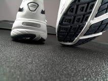 烙记特写镜头新的跑鞋 库存照片