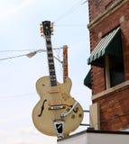 吉他在举世闻名的太阳演播室外面 免版税库存图片