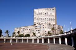 反对居民住房的空的圆形剧场在海滩前 免版税库存图片
