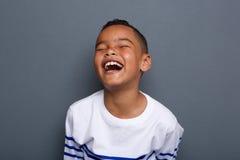 激动小男孩笑 免版税库存图片