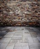 有混凝土的红砖墙壁 免版税库存照片
