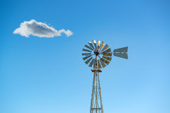 反对蓝天的老牌风车 库存图片