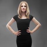 一名年轻美丽的妇女的画象黑礼服的 库存照片