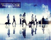 Силуэты бизнесменов идя в авиапорт Стоковые Изображения