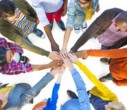 小组不同种族的不同的人配合 库存照片